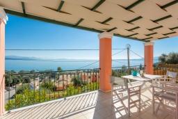 Терраса. Греция, Барбати : Современная вилла с бассейном и шикарным видом на море, гостиная, отдельная спальня, барбекю, парковка, Wi-Fi