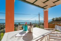 Обеденная зона. Греция, Барбати : Современная вилла с бассейном и шикарным видом на море, гостиная, отдельная спальня, барбекю, парковка, Wi-Fi