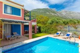 Фасад дома. Греция, Барбати : Прекрасная вилла в 100 метрах от пляжа с бассейном и видом на море, 2 спальни, 2 ванные комнаты, барбекю, парковка, Wi-Fi