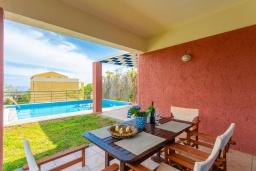 Обеденная зона. Греция, Барбати : Прекрасная вилла в 100 метрах от пляжа с бассейном и видом на море, 2 спальни, 2 ванные комнаты, барбекю, парковка, Wi-Fi