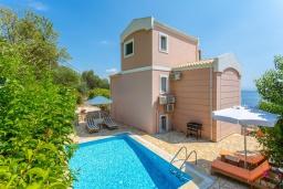 Фасад дома. Греция, Барбати : Прекрасная вила с бассейном и видом на море, 3 спальни, 3 ванные комнаты, барбекю, парковка, Wi-Fi