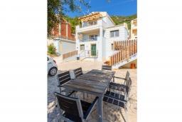 Обеденная зона. Греция, Барбати : Прекрасная вила с бассейном и видом на море, 3 спальни, 3 ванные комнаты, барбекю, парковка, Wi-Fi