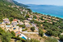 Территория. Греция, Барбати : Прекрасная вила с бассейном и видом на море, 3 спальни, 4 ванные комнаты, барбекю, парковка, Wi-Fi