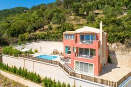 Фасад дома. Греция, Барбати : Прекрасная вила с бассейном и видом на море, 3 спальни, 4 ванные комнаты, барбекю, парковка, Wi-Fi