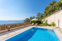 Бассейн. Греция, Барбати : Прекрасная вила с бассейном и видом на море, 3 спальни, 4 ванные комнаты, барбекю, парковка, Wi-Fi