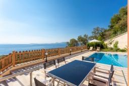Обеденная зона. Греция, Барбати : Прекрасная вила с бассейном и видом на море, 3 спальни, 4 ванные комнаты, барбекю, парковка, Wi-Fi