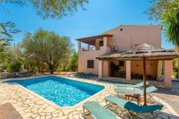 Фасад дома. Греция, Барбати : Прекрасная вилла в 90 метрах от моря с бассейном и зеленым двориком с барбекю, 3 спальни, 2 ванные комнаты, парковка, Wi-Fi