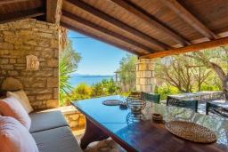 Обеденная зона. Греция, Барбати : Прекрасная вилла в 90 метрах от моря с бассейном и зеленым двориком с барбекю, 3 спальни, 2 ванные комнаты, парковка, Wi-Fi