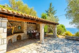 Территория. Греция, Барбати : Прекрасная вилла в 90 метрах от моря с бассейном и зеленым двориком с барбекю, 3 спальни, 2 ванные комнаты, парковка, Wi-Fi