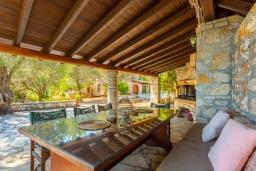 Патио. Греция, Барбати : Прекрасная вилла в 90 метрах от моря с бассейном и зеленым двориком с барбекю, 3 спальни, 2 ванные комнаты, парковка, Wi-Fi