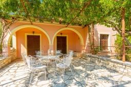 Терраса. Греция, Барбати : Прекрасная вилла в 90 метрах от моря с бассейном и зеленым двориком с барбекю, 3 спальни, 2 ванные комнаты, парковка, Wi-Fi