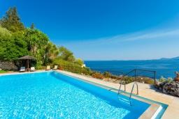 Бассейн. Греция, Барбати : Прекрасная вилла в 90 метрах от моря с бассейном и зеленым двориком с барбекю, 3 спальни, 4 ванные комнаты, парковка, Wi-Fi