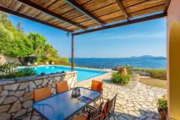 Обеденная зона. Греция, Барбати : Прекрасная вилла в 90 метрах от моря с бассейном и зеленым двориком с барбекю, 3 спальни, 4 ванные комнаты, парковка, Wi-Fi