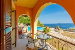 Балкон. Греция, Барбати : Прекрасная вилла в 90 метрах от моря с бассейном и зеленым двориком с барбекю, 3 спальни, 4 ванные комнаты, парковка, Wi-Fi