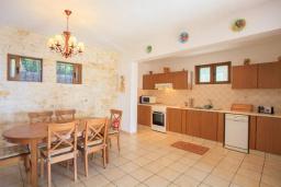 Кухня. Греция, Барбати : Прекрасная вилла в 90 метрах от моря с бассейном и зеленым двориком с барбекю, 3 спальни, 4 ванные комнаты, парковка, Wi-Fi