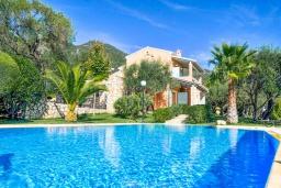 Фасад дома. Греция, Барбати : Прекрасная вилла с бассейном, зеленой территорией и видом на море, 3 спальни, 3 ванные комнаты, барбекю, парковка, Wi-Fi
