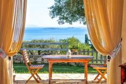 Обеденная зона. Греция, Барбати : Прекрасная вилла с бассейном, зеленой территорией и видом на море, 3 спальни, 3 ванные комнаты, барбекю, парковка, Wi-Fi
