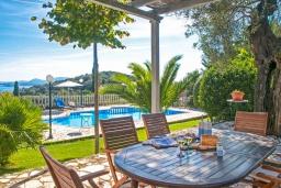 Территория. Греция, Барбати : Прекрасная вилла с бассейном, зеленой территорией и видом на море, 3 спальни, 3 ванные комнаты, барбекю, парковка, Wi-Fi