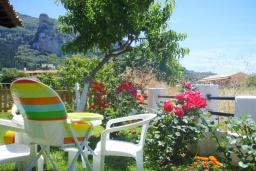 Территория. Греция, Айос-Гордиос : Прекрасная вилла с зеленым двориком и барбекю недалеко от пляжа, 4 спальни, 2 ванные комнаты, парковка, Wi-Fi