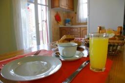 Обеденная зона. Греция, Айос-Гордиос : Прекрасная вилла с зеленым двориком и барбекю недалеко от пляжа, 4 спальни, 2 ванные комнаты, парковка, Wi-Fi
