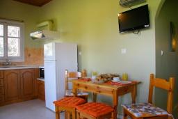 Кухня. Греция, Айос-Гордиос : Прекрасная вилла с зеленым двориком и барбекю недалеко от пляжа, 4 спальни, 2 ванные комнаты, парковка, Wi-Fi