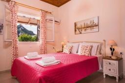 Спальня. Греция, Айос-Гордиос : Прекрасная вилла с зеленым двориком и барбекю недалеко от пляжа, 4 спальни, 2 ванные комнаты, парковка, Wi-Fi