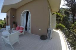 Терраса. Греция, Бенитсес : Уютная вилла с бассейном, зеленым двориком с барбекю и видом на море, 3 спальни, 2 ванные комнаты, парковка, Wi-Fi