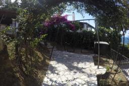 Территория. Греция, Бенитсес : Уютная вилла с бассейном, зеленым двориком с барбекю и видом на море, 3 спальни, 2 ванные комнаты, парковка, Wi-Fi