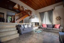 Гостиная. Греция, Бенитсес : Уютная вилла с бассейном, зеленым двориком с барбекю и видом на море, 3 спальни, 2 ванные комнаты, парковка, Wi-Fi