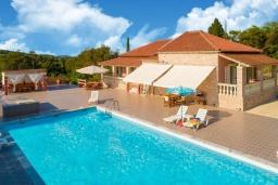 Фасад дома. Греция, Лефкими : Прекрасная вилла с бассейном и двориком с барбекю, 2 спальни, 2 ванные комнаты, парковка, Wi-Fi