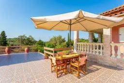 Обеденная зона. Греция, Лефкими : Прекрасная вилла с бассейном и двориком с барбекю, 2 спальни, 2 ванные комнаты, парковка, Wi-Fi
