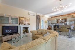 Гостиная. Греция, Лефкими : Прекрасная вилла с бассейном и двориком с барбекю, 2 спальни, 2 ванные комнаты, парковка, Wi-Fi