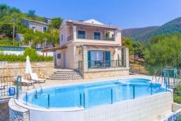 Фасад дома. Греция, Нисаки : Прекрасная вилла с бассейном и видом на море, 2 спальни, 2 ванные комнаты, барбекю, парковка, Wi-Fi