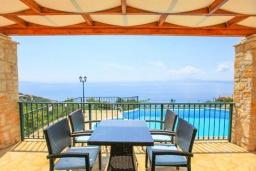 Обеденная зона. Греция, Нисаки : Прекрасная вилла с бассейном и видом на море, 2 спальни, 2 ванные комнаты, барбекю, парковка, Wi-Fi