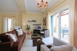 Гостиная. Греция, Нисаки : Прекрасная вилла с бассейном и видом на море, 2 спальни, 2 ванные комнаты, барбекю, парковка, Wi-Fi