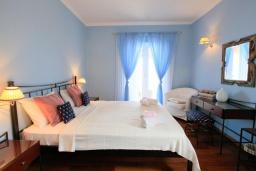 Спальня. Греция, Нисаки : Прекрасная вилла с бассейном и видом на море, 2 спальни, 2 ванные комнаты, барбекю, парковка, Wi-Fi