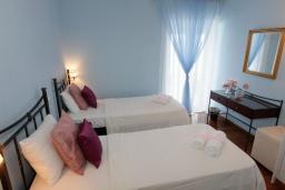 Спальня 2. Греция, Нисаки : Прекрасная вилла с бассейном и видом на море, 2 спальни, 2 ванные комнаты, барбекю, парковка, Wi-Fi