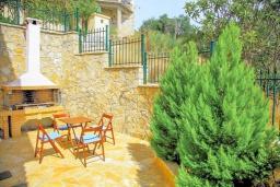Территория. Греция, Нисаки : Прекрасная вилла с бассейном и видом на море, 2 спальни, 2 ванные комнаты, барбекю, парковка, Wi-Fi