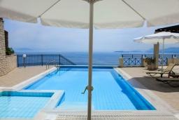 Бассейн. Греция, Нисаки : Прекрасная вилла с бассейном, двориком с барбекю и видом на море, 5 спален, 5 ванных комнат, парковка, Wi-Fi