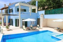 Фасад дома. Греция, Нисаки : Прекрасная вилла с бассейном, двориком с барбекю и видом на море, 5 спален, 5 ванных комнат, парковка, Wi-Fi