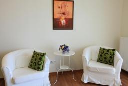 Гостиная. Греция, Нисаки : Прекрасная вилла с бассейном, двориком с барбекю и видом на море, 5 спален, 5 ванных комнат, парковка, Wi-Fi
