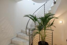 Лестница наверх. Греция, Нисаки : Прекрасная вилла с бассейном, двориком с барбекю и видом на море, 5 спален, 5 ванных комнат, парковка, Wi-Fi