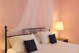 Спальня. Греция, Нисаки : Прекрасная вилла с бассейном, двориком с барбекю и видом на море, 5 спален, 5 ванных комнат, парковка, Wi-Fi