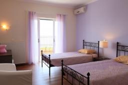 Спальня 2. Греция, Нисаки : Прекрасная вилла с бассейном, двориком с барбекю и видом на море, 5 спален, 5 ванных комнат, парковка, Wi-Fi