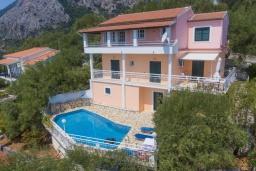 Фасад дома. Греция, Нисаки : Уютная вилла с бассейном, двориком с барбекю и видом на море, 2 спальни, 3 ванные комнаты, парковка, Wi-Fi
