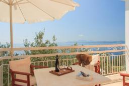 Территория. Греция, Нисаки : Уютная вилла с бассейном, двориком с барбекю и видом на море, 2 спальни, 3 ванные комнаты, парковка, Wi-Fi
