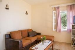 Гостиная. Греция, Нисаки : Уютная вилла с бассейном, двориком с барбекю и видом на море, 2 спальни, 3 ванные комнаты, парковка, Wi-Fi