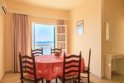 Обеденная зона. Греция, Нисаки : Уютная вилла с бассейном, двориком с барбекю и видом на море, 2 спальни, 3 ванные комнаты, парковка, Wi-Fi