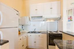 Кухня. Греция, Нисаки : Уютная вилла с бассейном, двориком с барбекю и видом на море, 2 спальни, 3 ванные комнаты, парковка, Wi-Fi