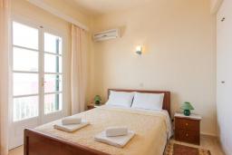 Спальня. Греция, Нисаки : Уютная вилла с бассейном, двориком с барбекю и видом на море, 2 спальни, 3 ванные комнаты, парковка, Wi-Fi